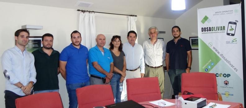 Dosaolivar reúne a los técnicos de Dcoop para hacer una demostración de su aplicación móvil de     dosificación de productos fitosanitarios