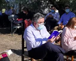 FADEMUR presenta la fuerza de las mujeres rurales al ministro de Cultura y a la directora del Libro con una reunión literaria en un olivar de Martos