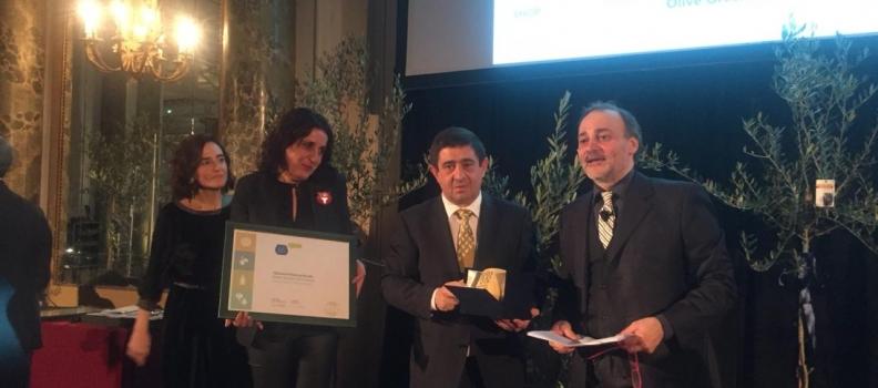 La Diputación de Jaén recibe el Premio Cristina Tiliacos de la guía Flos Olei por su trabajo de promoción del aceite
