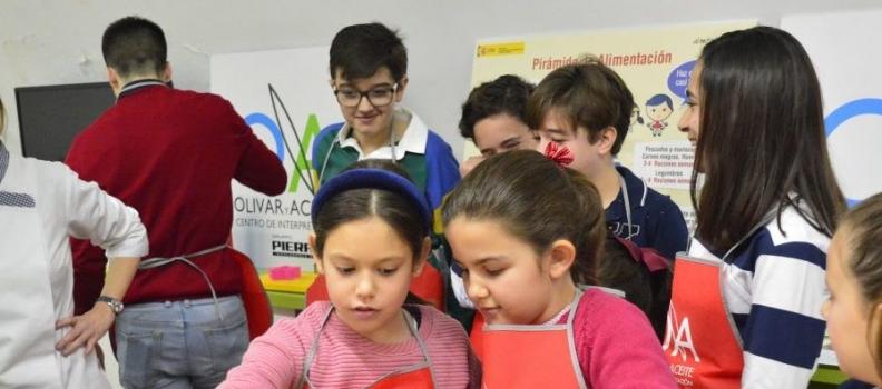 El Centro de Interpretación Olivar y Aceite acoge un taller de cocina saludable para niños