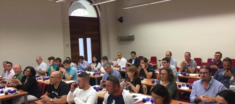 Pieralisi muestra su apoyo al sector del aceite y su apuesta por la calidad en el curso de cata de la UNIA