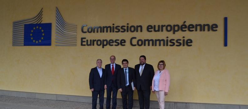 Reyes plantea en Bruselas la necesidad de contar con las diputaciones en la programación de los fondos europeos
