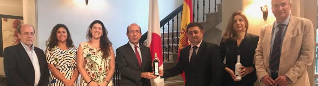 El presidente de la Diputación de Jaén mantiene un encuentro con el embajador español en Japón, al que ha entregado una muestra de los aceites Jaén Selección 2018