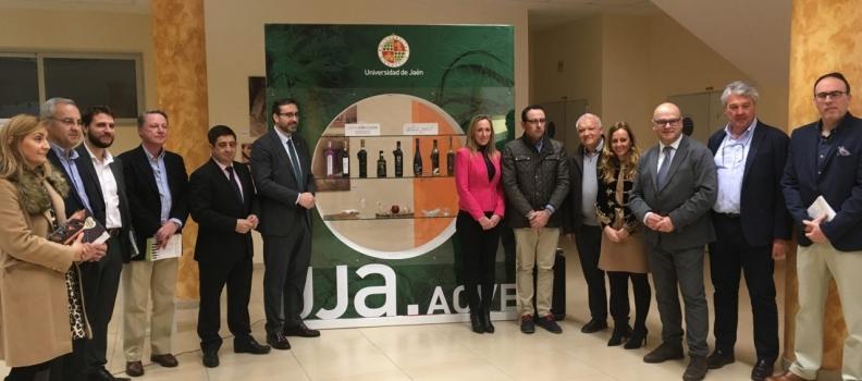 """La tienda oficial de la Universidad de Jaén lanza la colección """"UJA.AOVE"""", que incluye los Jaén Selección 2019 y artículos de menaje para cata"""