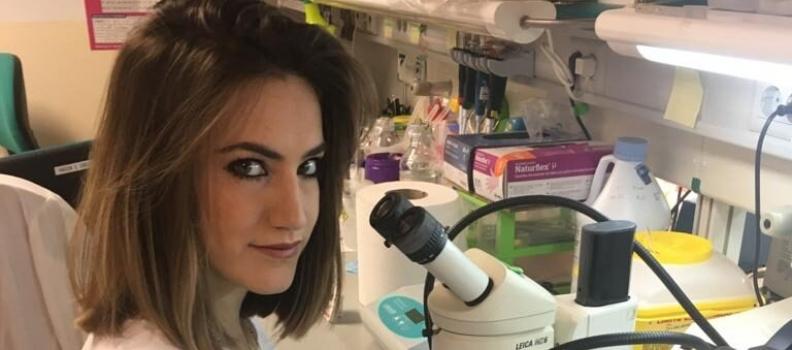El Colegio de Biólogos de Andalucía entrega a Elena Ramírez el premio del III Concurso de Trabajos Fin de Grado por el trabajo «Obtención de marcadores genéticos del tamaño de fruto en el olivo cultivado»