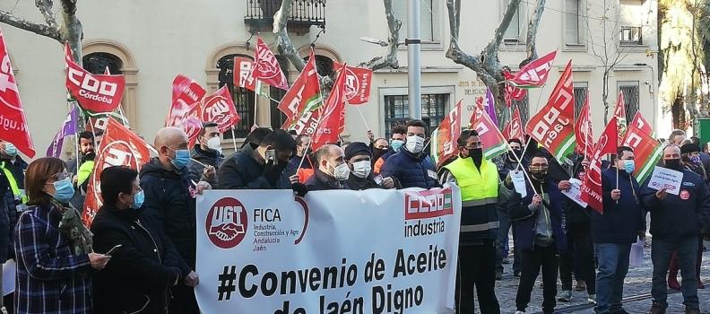 Nueva concentración de delegados de UGT y CC OO, que amagan con una huelga general si no hay acuerdo en el convenio del aceite de Jaén