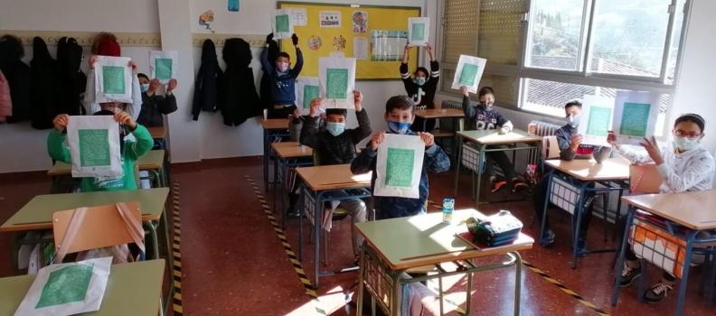 """El Ayuntamiento de Martos reparte 4.000 """"hoyos aceituneros"""" entre los escolares para mantener viva la tradición de la Fiesta de la Aceituna"""