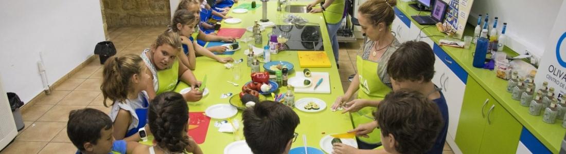 El Centro Olivar y Aceite organiza un taller de cocina para inculcar a los menores hábitos de alimentación saludable