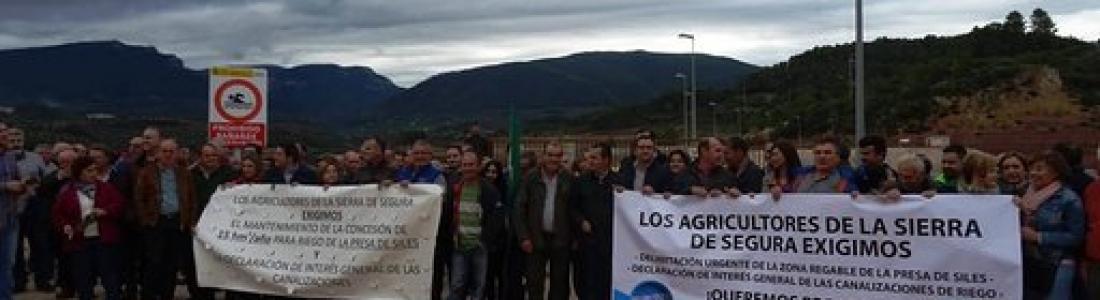 Concentración para exigir la puesta en marcha de los riegos de la presa de Siles