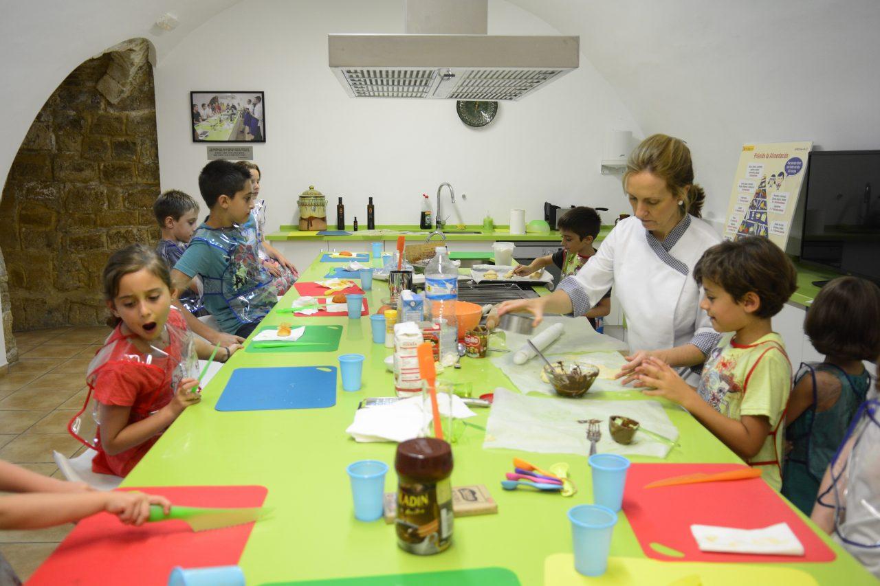 Un grupo de niños conoce las bondades del AOVE en un taller del Centro de Interpretación Olivar y Aceite