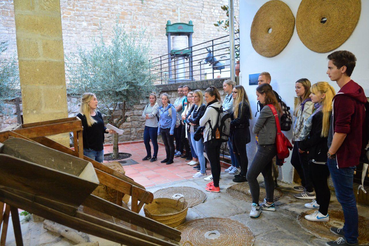 Estudiantes alemanes conocen las bondades del virgen extra en el Centro de Interpretación Olivar y Aceite