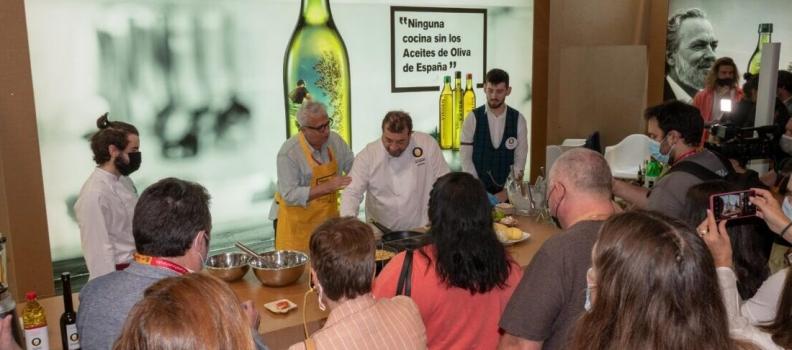 El chef Sergio Fernández y el humorista Leo Harlem sorprenden con un divertido «showcooking, con los aceites de oliva como protagonistas