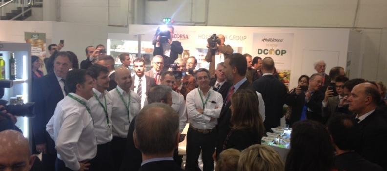 Los Príncipes de Asturias visitan el expositor de Dcoop en Anuga